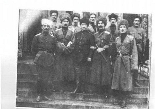 Карниловцы из дикой дивизии у Петроградской мечети
